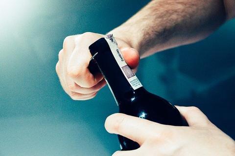 Comment ouvrir une bouteille de vin avec un simple briquet